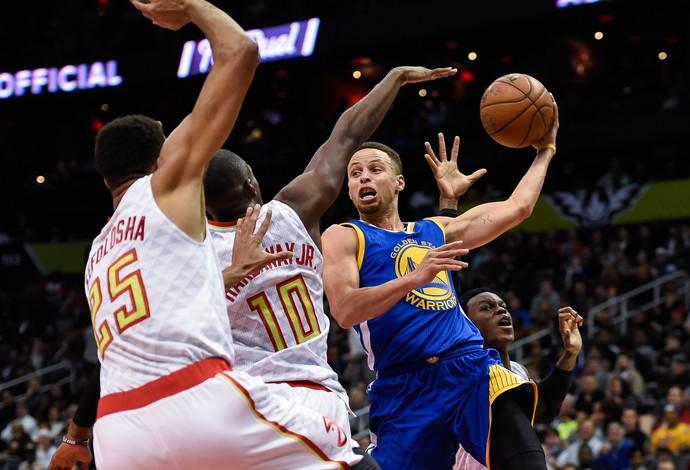 Stephen Curry engana a defesa dos HAwks para dar mais um passe (Foto: Reuters)