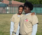 "Danielle Brooks (à direita) com Samira Wiley em cena de ""Orange is the new black"" 