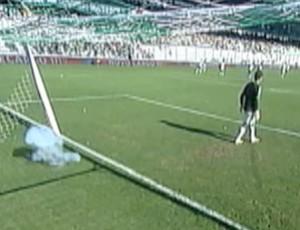 Torcida do Grêmio lança rojão no gramado (Foto: Reprodução / RBSTV)