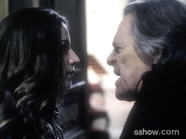 Mirna discute com Bernardo ao chegar à mansão (Foto: O Rebu / TV Globo)