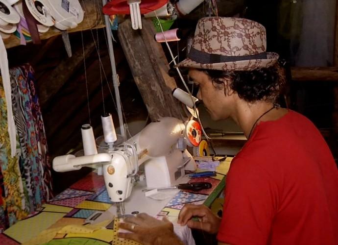 Teko Semente produz roupas sustentáveis e põe nelas versos de poesias (Foto: Plugue)