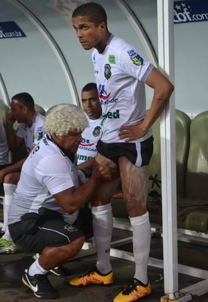 Pedroso fazendo passagens no lateral Erick Daltro, do Rio Branco-ES (Foto: Sidney Magno Novo/GloboEsporte.com)