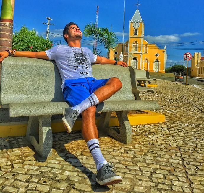 Leo Souza na praça central de São José do Seridó (Foto: Ronaldo Gois / Divulgação Rota Inter TV)