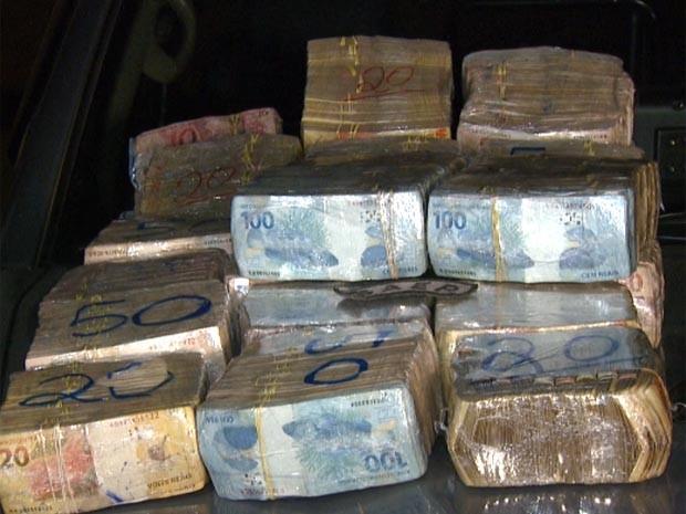 Dinheiro estava escondido em malas de viagem na casa de foragido em Campinas (Foto: Reprodução / EPTV)
