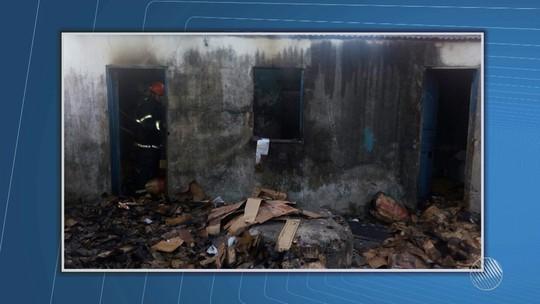 Casa que servia como depósito de material reciclável pega fogo na Bahia