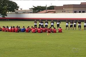 Jogadores do elenco do Atlético-GO em treino (Foto: Reprodução/TV Anhanguera)