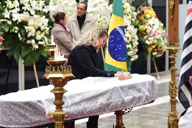 Nanci, filha de Goulart de Andrade, no velório do pai (Foto: Leo Franco / EGO)