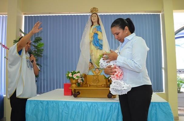 A gerente se emocionou com gesto carinhoso dos colegas e com a bênção da padroeira a quem é devota (Foto: Priscila Miranda/ TV Tapajós)