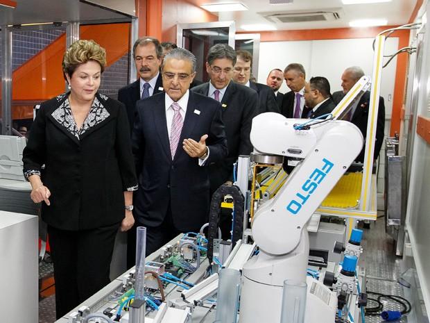 Presidenta Dilma Rousseff visita Carreta-Laboratório do Sistema S e da Rede Federal durante a cerimônia de abertura do 7º Encontro Nacional da Indústria (Enai) (Foto: Roberto Stuckert Filho/PR)