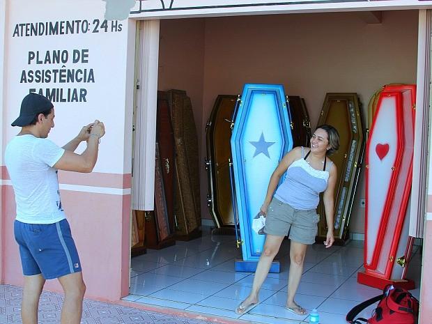 Urnas funerárias personalizadas chamam a atenção de turistas (Foto: Frank Cunha/G1)