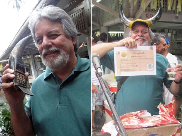 Paulo Malaquias com o cornecular e recebendo o certificado de corno do ano (Foto: Priscila Miranda / G1 / Rui Sarinho / Divulgação)