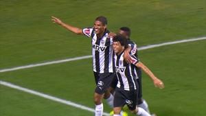 Léo Silva e Luan comemoram gol marcado pelo zagueiro (Foto: Reprodução/ Premiere)