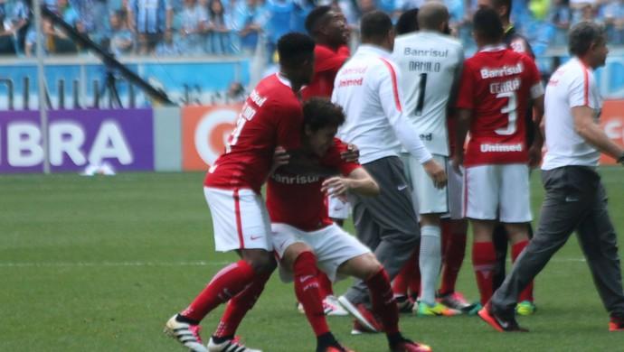 Rodrigo Dourado se irrita com expulsão (Foto: Diego Guichard)