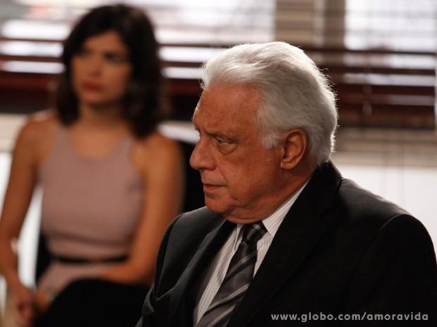 César não fica satisfeito em ouvir depoimento da ex (Foto: Pedro Curi/ TV Globo)