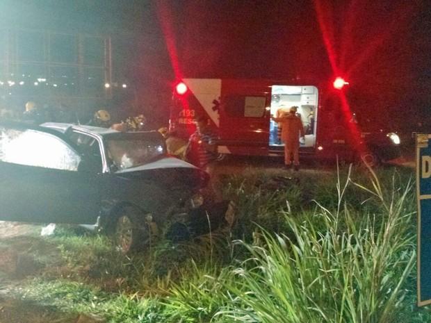 Colisão frontal entre dois carros nesta quinta-feira (24), em  Sobradinho (Foto: Corpo de Bombeiros/Divulgação)