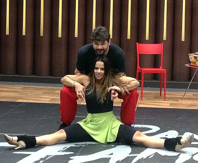 Viviane Araújo faz careta ao 'testar' flexibilidade no ensaio do 'Dança' (Foto: Gabriela Bispo / Gshow)