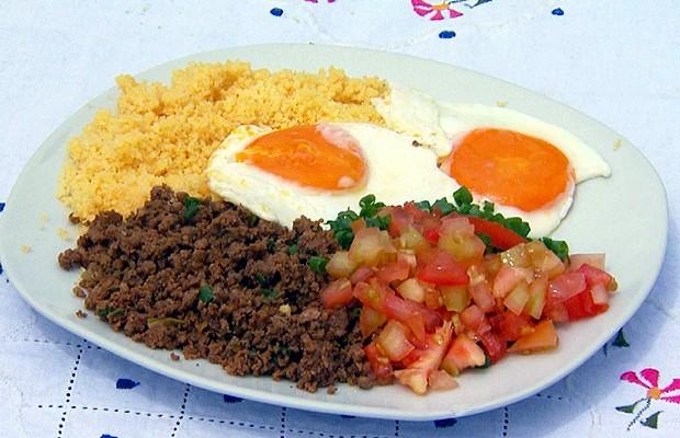 Seção ensina como preparar a 'baixaria', um café da manhã típico do Acre (Foto: Reprodução / EPTV)