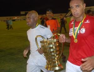 Jogadores levam a taça da Copa do Nordeste para o vestiário (Foto: Silas Batista / Globoesporte.com/pb)