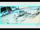 Adolescente em bicicleta é atingida por carro e motorista foge; veja vídeo