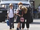 Julia Roberts leva os três filhos ao colégio em Los Angeles