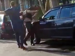 Homem agrediu segurança de clube de Três Corações, MG, neste sábado (17); na imagem, momento em que ele dá um soco no rosto da vítima de 23 anos (Foto: Reprodução/Redes Sociais)