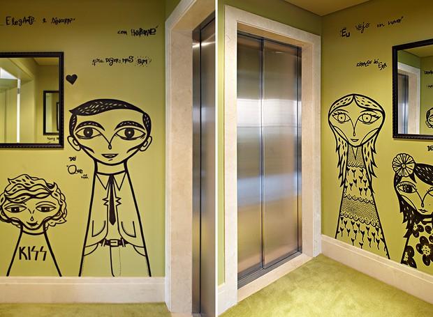 Pintado de verde, o hall do elevador surpreende com grafites do artista Bruno Dias e versos da canção Tempos Modernos, clássico de Lulu Santos. Os desenhos são caricaturas da família de moradores. Projeto de Bruna Riscali (Foto: Victor Affaro)