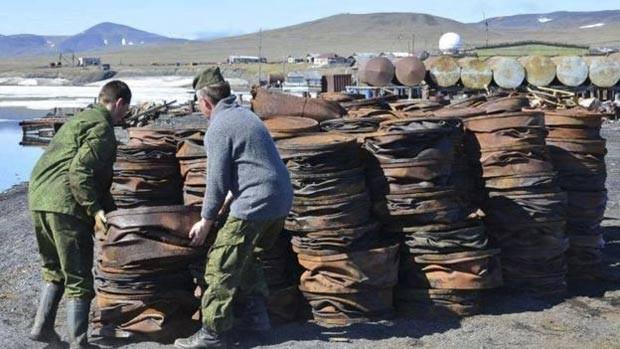 Uma grande operação de limpeza vem sendo feita na ilha (Foto: Wrangel Island Nature Reserve/The Siberian Times)