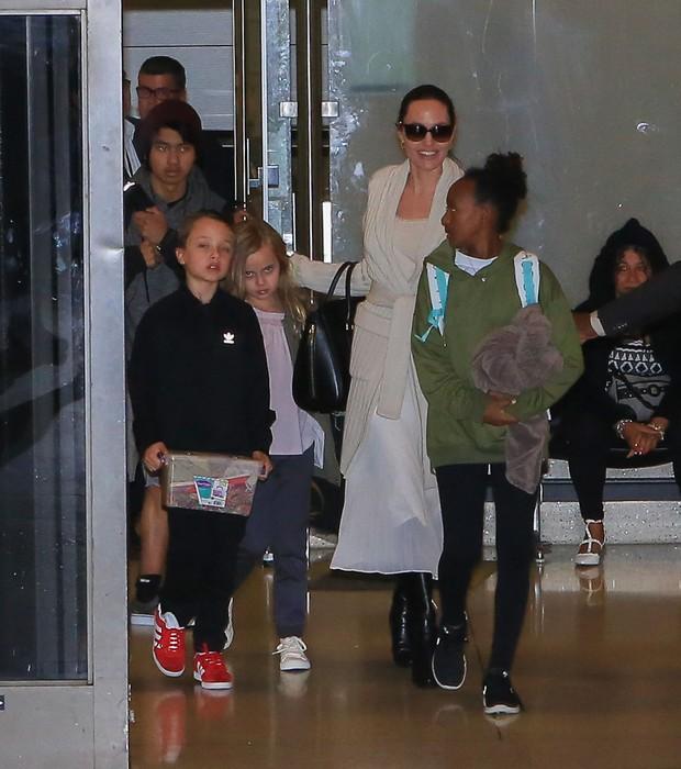 Angelina Jolie com os filhos (Foto: The Grosby Group/ Agência)