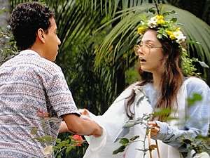 Paulino se aproxima para ajudar Micaela (Foto: Malhação / TV Globo)