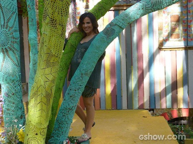 A cantora ficou encantada com as árvores da cidade (Foto: Meu Pedacinho de Chão / TV Globo)