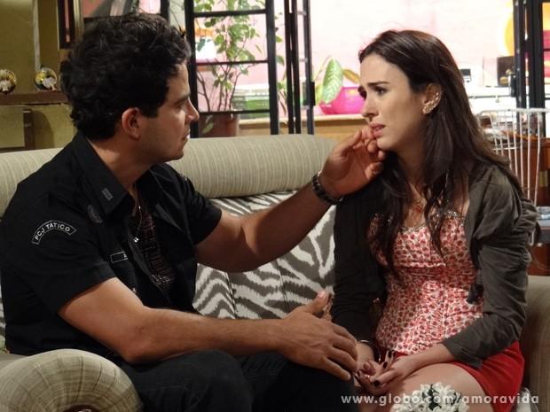 Valdirene avisa que o relacionamento deles acabou (Foto: Amor à Vida / TV Globo)