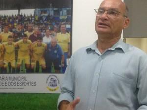 José de Sena, presidente do Interporto, anuncia técnico para a Copa Verde 2014 (Foto: Vilma Nascimento/GLOBOESPORTE.COM)
