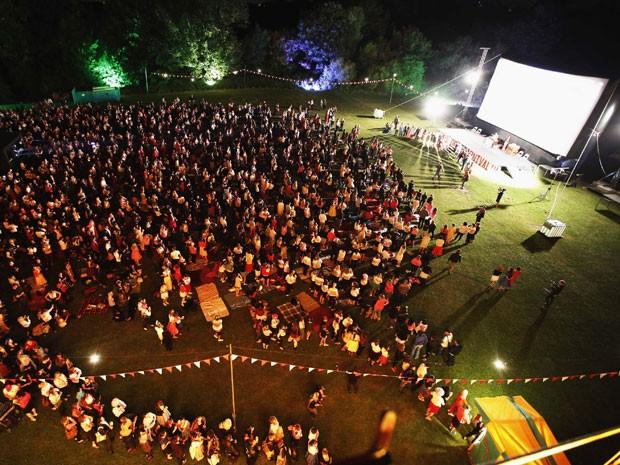 Parque em Londres recebe fãs de 'Grease' para exibição ao ar livre do filme. São esperadas 9 mil pessoas para três sessões ao longo do final de semana (Foto: Chris Helgren/Reuters)