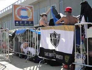 Torcedores do Galo fazem fila para comprar ingresso para a decisão no Mineirão (Foto: Maurício Paulucci / Globoesporte.com)