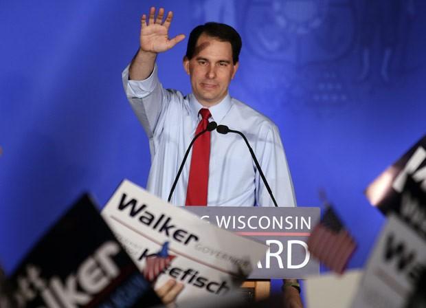 Scott Walker celebra a vitória em Waukesha, no Wisconsin, nesta terça-feira (5) (Foto: AP)