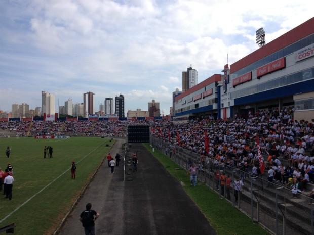 Professores e funcionários da rede estadual estão reunidos no Estádio da Vila Capanema (Foto: Daiane Baú/G1)