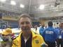 Rubén Magnano recebe medalha de ouro dos jogadores e se emociona