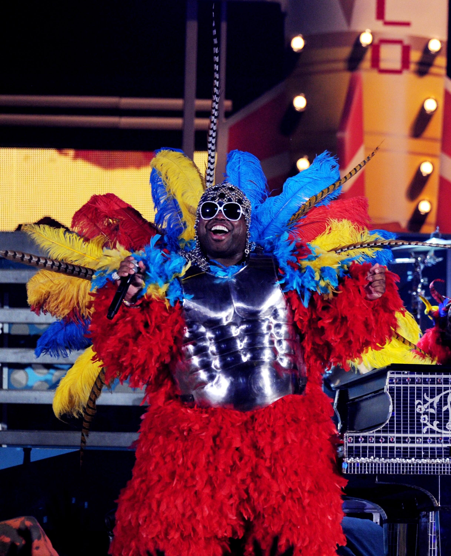 É um pássaro? É um avião? Na verdade é o músico Cee Lo Green em sua apresentação em 2011. (Foto: Getty Images)