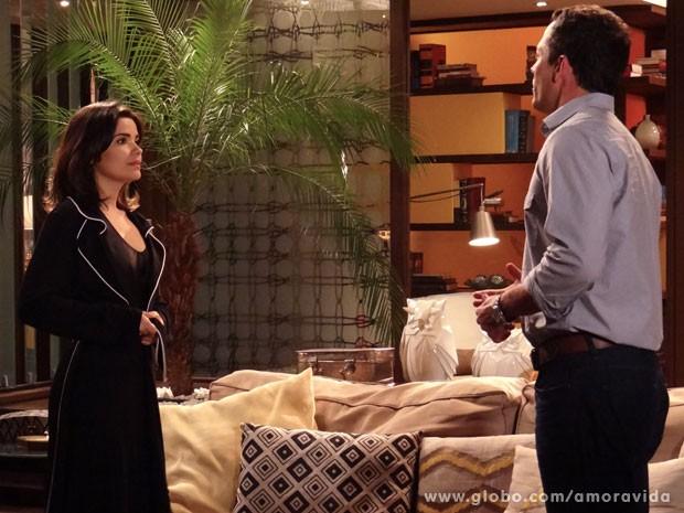 Aline fecha robe antes que César veja (Foto: Amor à Vida/TV Globo)