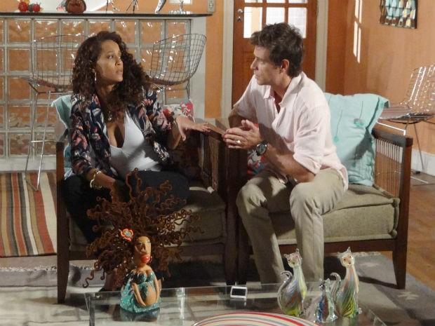 Arrependido, Alejandro pede ajuda a Penha para falar com Lygia (Foto: Cheias de Charme / TV Globo)