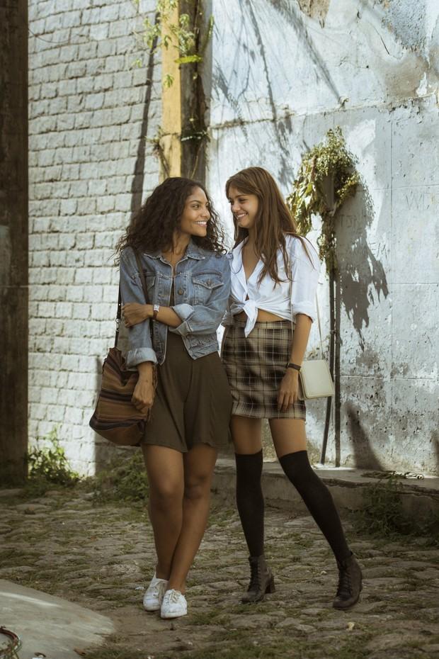 Bárbara Reis e Sophie Charlotte nas gravações de Os Dias Eram Assim, no Rio (Foto: Globo/Mauricio Fidalgo)