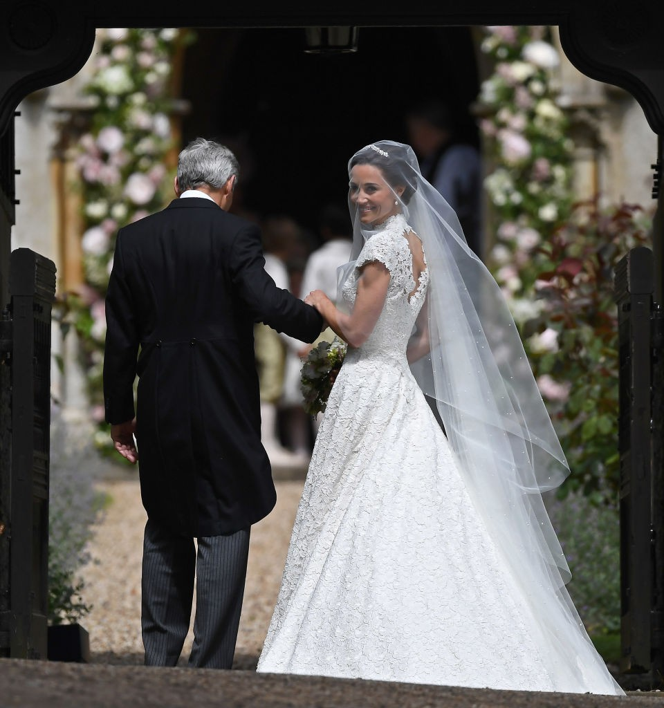 Pippa Middleton na porta da igreja a bordo de vestido Giles Deacon e headpiece Stephen Jones (Foto: Getty Images)