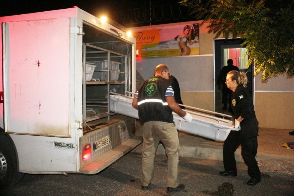 Equipe do Itep levou os corpos para perícia (Foto: Marcelino Neto/O Câmera)