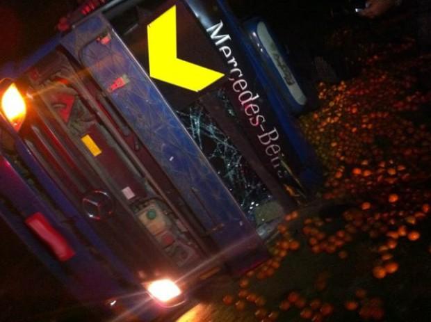 Caminhão carregado com laranjas capotou em Guareí (SP). (Foto: Juliana Furio / TV TEM)
