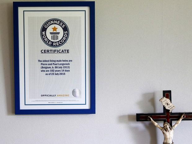 O certificado do Guinness World Records que reconhece os irmãos como os gêmeos mais velhos do mundo está pendurado nas paredes da casa de repouso. (Foto: REUTERS/Francois Lenoir)