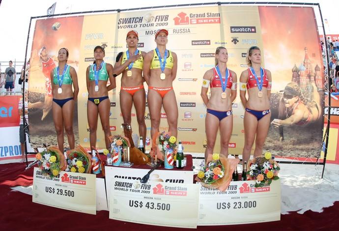 Moscou 2009 - Juliana e Larissa Premiação (Foto: Divulgação/FIVB)