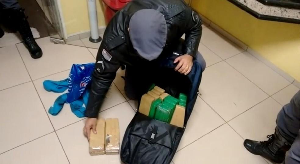 Polícia Militar Rodoviária apreendeu 17 quilos de maconha e 6 quilos de haxixe com dupla em ônibus em Avaré (Foto: Divulgação/Polícia Militar Rodoviária)