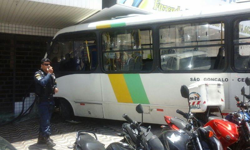 Após colisão, alternativo sobe calçada e mata pedestre (Foto: Colaboradores da Inter TV Cabugi)