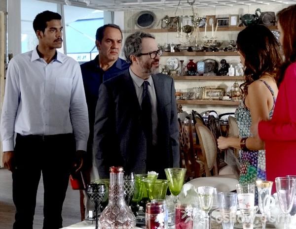Nando inconformado com a notícia reclama com Juliana (Foto: Em Família / TV Globo)