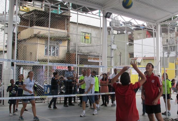 Bernardinho e Fabi batem bola com David e Luiz, do time mirim do Flamengo (Foto: Carol Fontes)